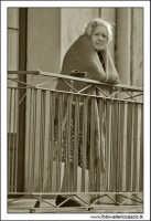 Castiglione di Sicilia. Vecchietta al balcone.  - Castiglione di sicilia (5984 clic)