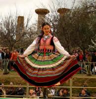 Agrigento. Festa del Mandorlo in fiore. Edizione 2006. Gruppi folkloristici si esibiscono durante la premiazione.   - Agrigento (1879 clic)
