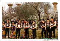 Agrigento. Festa del Mandorlo in fiore. Edizione 2006. Gruppi folkloristici si esibiscono durante la premiazione.   - Agrigento (1809 clic)