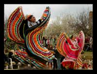Agrigento. Festa del Mandorlo in fiore. Edizione 2006. Gruppi folkloristici si esibiscono durante la premiazione.   - Agrigento (2081 clic)