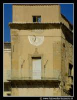 Assoro: Orologio sul prospetto del Palazzo della Signoria (anno 1492, prospicente su Piazza Umberto I.   - Assoro (3354 clic)