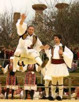 Agrigento. Festa del Mandorlo in fiore. Edizione 2006. Gruppi folkloristici si esibiscono durante la premiazione.   - Agrigento (1374 clic)