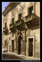 Assoro: Palazzo della Signoria (anno 1492), prospicente su Piazza Umberto I e sul corso principale.   - Assoro (3634 clic)