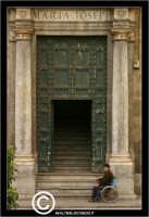 Palermo. Elemosina davanti la chiesa. PALERMO Walter Lo Cascio