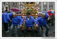 Catania. Festa di Sant'Agata, 2006. Candelore in piazza Duomo. I fedeli si preparano per a processione religiosa.  - Catania (3262 clic)