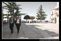 Assoro: Passanti in piazza umberto I.  - Assoro (7199 clic)