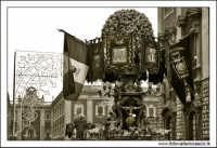 Catania. Festa di Sant'Agata, 2006. Candelore in Via Etnea, particolare. Bianco e nero  - Catania (3018 clic)