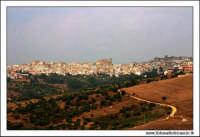 Regalbuto, Settembre 2005. Panorama rurale. Sullo sfondo il paese di Regalbuto.  - Regalbuto (3398 clic)