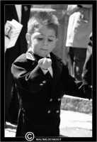 Caltanissetta. Real Maestranza a Caltanissetta. Mercoledi Santo a Caltanissetta. Processione del Mercoledi' Santo. Le maestranze in processione. Bambino mangia le noccioline durante la processione.   - Caltanissetta (2644 clic)