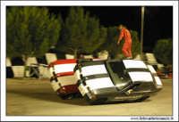 Caltanissetta, Giugno 2005. Spettacolo del Team BIZZARRO al Pian Del Lago. Uno stunt man, passa da una vettura all'altra durante la marcia delle stesse.   - Caltanissetta (3879 clic)
