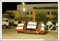 Caltanissetta, Giugno 2005. Spettacolo del Team BIZZARRO al Pian Del Lago. Uno stunt man, resta in uquilibrio su un'autovettura inclinata in corsa.  - Caltanissetta (3867 clic)