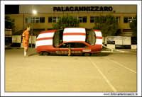 Caltanissetta, Giugno 2005. Spettacolo del Team BIZZARRO al Pian Del Lago. L'autista dell'autovettura, mettendo la sua BMW inclinata su due ruote, esce il braccio dal finestrino e prende un accendino da terra. ECCEZIONALE!!  - Caltanissetta (4018 clic)