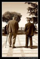 Assoro: Vecchietti a passeggio. Foto Walter Lo Cascio www.walterlocascio.it  - Assoro (19941 clic)