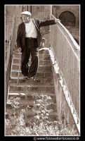 ASSORO: Vecchietto che scende le scale. Foto Walter Lo Cascio www.walterlocascio.it  - Assoro (6346 clic)