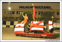 Caltanissetta, Giugno 2005. Spettacolo del Team BIZZARRO al Pian Del Lago. L'autista della BMW, su due ruote, corre a folle velocita' con gli stunt man attaccati su ogni parte della vettura.  - Caltanissetta (9394 clic)