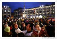 Catania. Festa di Sant'Agata, 2006La folla in piazza Duomo, assiste all'uscita di Sant'Agata dal Duomo.  - Catania (1851 clic)