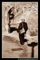 Assoro: RITORNANDO A CASA. Questo vecchietto, ritorna a casa all'ora di pranzo, percorrendo i vicoli caratteristici del suo pese. Foto Walter Lo Cascio www.walterlocascio.it   - Assoro (6382 clic)