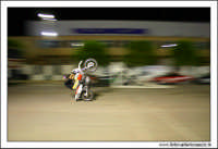 Caltanissetta, Giugno 2005. Spettacolo del Team BIZZARRO al Pian Del Lago. Motociclista esegue acrobazie. In questa foto, esegue un'impennata a 90 gradi. Da notare la scintilla di attrito provocata dal parafango con l'asfalto.  - Caltanissetta (4102 clic)