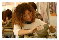 Caltanissetta. Giovane artista, prepara il calco pe rla produzione dei Pupi di zucchero. 2  - Caltanissetta (1761 clic)