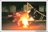 Caltanissetta, Giugno 2005. Spettacolo del Team BIZZARRO al Pian Del Lago. Stunt man, passa sopra una fiamma.  - Caltanissetta (3024 clic)