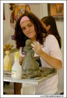 Caltanissetta. Giovane artista, prepara il calco pe rla produzione dei Pupi di zucchero. 3  - Caltanissetta (1858 clic)