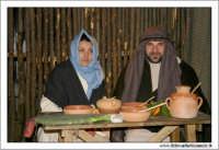Agira. Natale 2005. Il presepe vivente ad Agira, organizzato dall'Associaizone AMICI DEL PRESEPE. Due coniugi durante la cena.  - Agira (1735 clic)