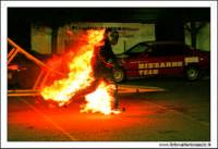 Caltanissetta, Giugno 2005. Spettacolo del Team BIZZARRO al Pian Del Lago. Stunt man, passa sopra una fiamma 2.  - Caltanissetta (2939 clic)