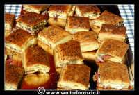 Troina: Sagra della Vastedda cu Sammucu. Specialita' tipica di Troina. Pasta con all'interno salame e formaggio. Sopra, vi sono i fiori si sambuca (sammuccu).    - Troina (11222 clic)