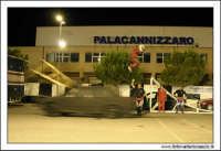 Caltanissetta, Giugno 2005. Spettacolo del Team BIZZARRO al Pian Del Lago. Stunt man, resta fermo sopra una scala a forbice, e un'autovettura, passando ad alta velocità, lo fa saltare!  - Caltanissetta (3303 clic)