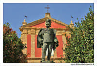 Caltanissetta. Statua a Re Umberto I in corso Umberto, di fronte la Chiesa di Sant'Agata al Collegio.  - Caltanissetta (5917 clic)