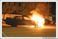 Caltanissetta, Giugno 2005. Spettacolo del Team BIZZARRO al Pian Del Lago. Stunt man, passa su una fiamma con la sua autovettura, provocando un'esplosione.  - Caltanissetta (4423 clic)