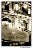 Caltanissetta. Palazzo del Municipio, visto da dietro la vetrina dello storico caffè: Caffè Romano. www.walterlocascio.it Walter Lo Cascio  - Caltanissetta (3004 clic)