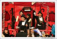 Agira. Carnevale di Agira. Edizione 2006 Carnevale Agirino. Ragazzi in maschera sul carro del Moulin Rouge.  - Agira (4528 clic)
