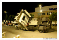 Caltanissetta, Giugno 2005. Spettacolo del Team BIZZARRO al Pian Del Lago. Stunt man, si mette su due ruote con un camion.  - Caltanissetta (3513 clic)