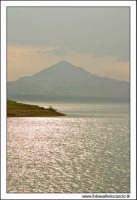 Regalbuto, Settembre 2005. Lago Pozzillo. Il lago pozzillo al tramonto. Sullo sfondo, il paese di Agira.  - Regalbuto (1853 clic)