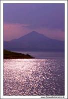 Regalbuto, Settembre 2005. Lago Pozzillo. Il lago pozzillo al tramonto. Sullo sfondo, il paese di Agira #2.  - Regalbuto (2057 clic)