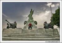 Caltanissetta, Giugno 2005. La statua ai caduti in guerra. Viale Regina Margherita. Foto #4. CALTANI