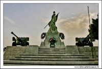 Caltanissetta, Giugno 2005. La statua ai caduti in guerra. Viale Regina Margherita. Foto #5. CALTANI