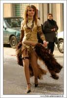 Agira. Carnevale di Agira. Edizione 2006 Carnevale Agirino. Ragazza in maschera per strada.  - Agira (3046 clic)