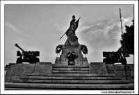 Caltanissetta, Giugno 2005. La statua ai caduti in guerra. Viale Regina Margherita. Foto #6. CALTANI