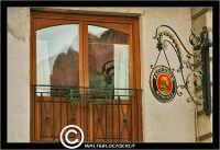 Palermo. Fnstra del Bar Bellini. Sul vetro si specchiano le cupole di delal Chiesa di San Cataldo. P