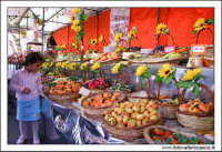 Caltanissetta. Bancarella di Frutta Martorana e di Pupi di Zucchero. Novembre 2005, Piazza Garibaldi, Caltanissetta  - Caltanissetta (9394 clic)