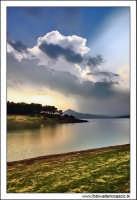 Regalbuto, Settembre 2005. Lago Pozzillo. Il lago pozzillo al tramonto. Sullo sfondo, il paese di Agira #8.  - Regalbuto (2963 clic)