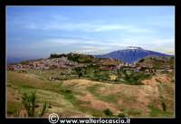 Troina: Panorama del paese di Troina. Sullo sfondo l'Etna.   - Troina (3405 clic)