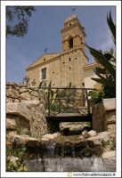Delia: Chiesa e Convento del Carmine. Costruita nel 1602 dal Barone G. Lucchese Fondatore di Delia. Gli stucchi sono della scuola del Serpotta. Vista dalla villetta antistante la chiesa.  - Delia (5454 clic)