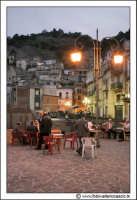 Gagliano Castelferrato: La piazza. Gente anziana in piazza.  - Gagliano castelferrato (4399 clic)