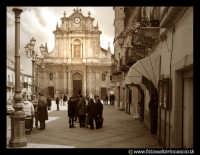 Agira: Piazza Garibaldi. Sullo sfondo la chiesa di Sant'Antonio di Padova.  - Agira (5695 clic)