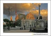 Catania: Piazza Duomo. A Destra la fontana dell'elefante U liotru, sullo sfondo, il Duom odi Sant'AGATA.  - Catania (12985 clic)