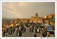 Agira: Piazza del SS. Salvatore. Pasqua 2005. Preparativi per L'incontro del Signore con la Madonna.   - Agira (3353 clic)