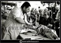 Leonforte. Sagra della pesca tardiva di Leonforte. Edizione 2006. Il taglio della porchetta.  - Leonforte (3815 clic)